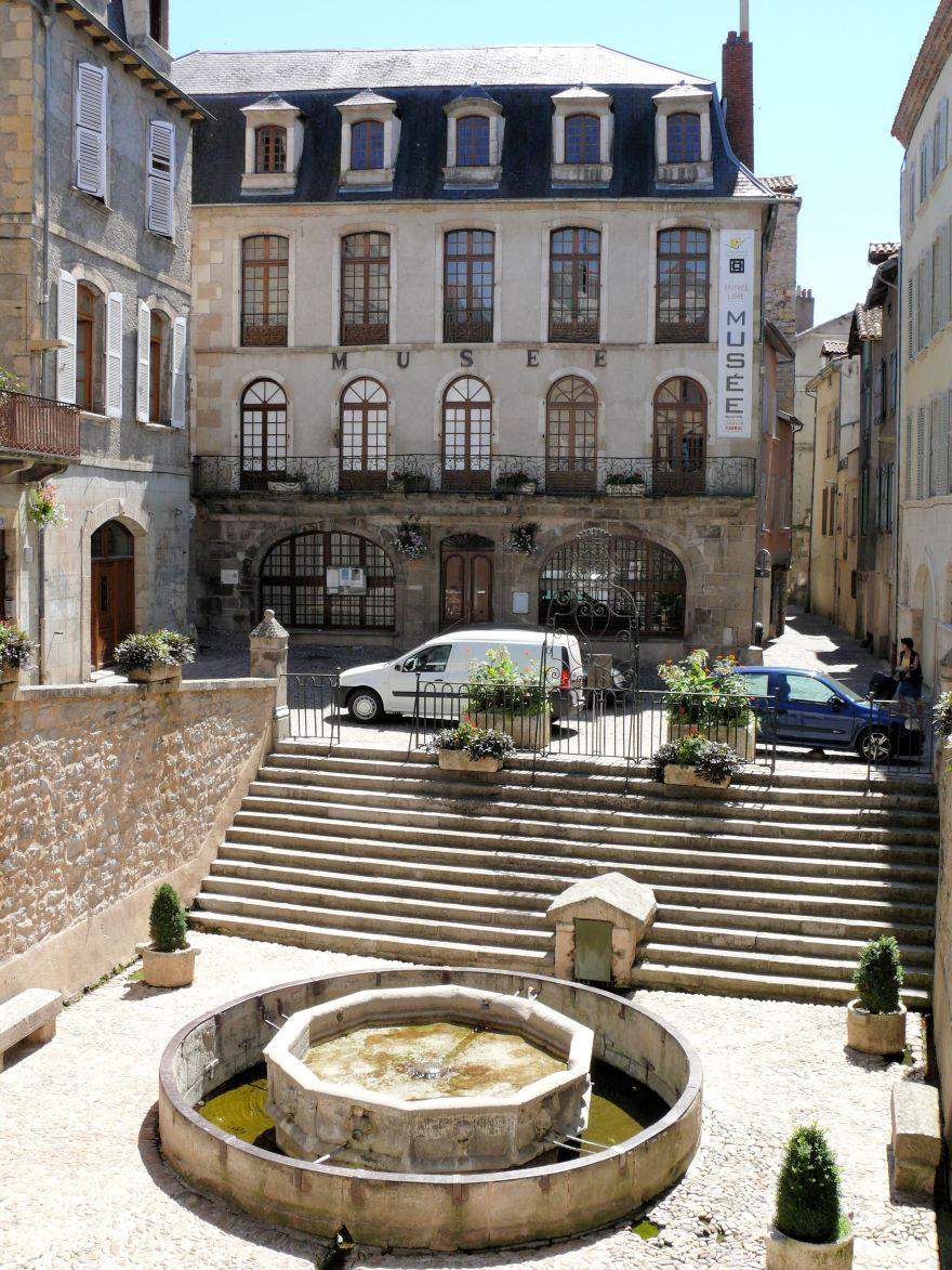 Villefranche-de-Rouergue_-_Place_de_la_Fontaine_-1